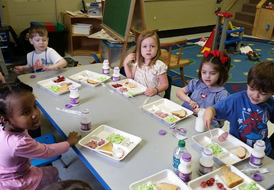 children eating healthy at a Preschool & Daycare Serving Greenville, AL